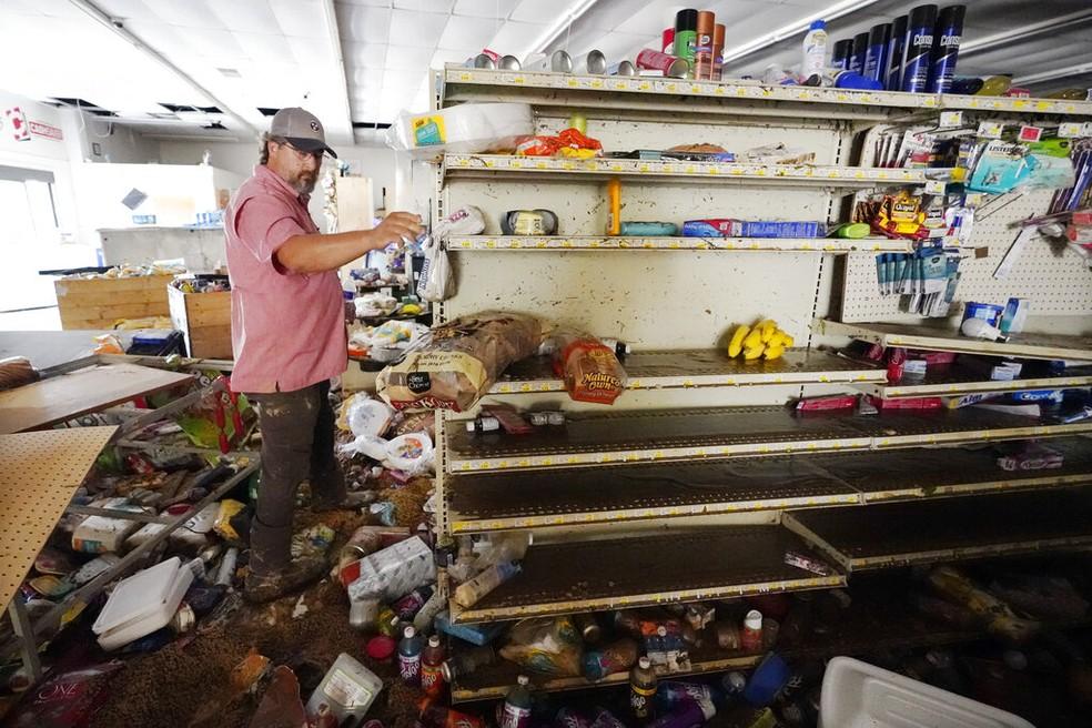 John Curtis, dono de uma mercearia, teve sua loja danificada. — Foto: Mark Humphrey/AP