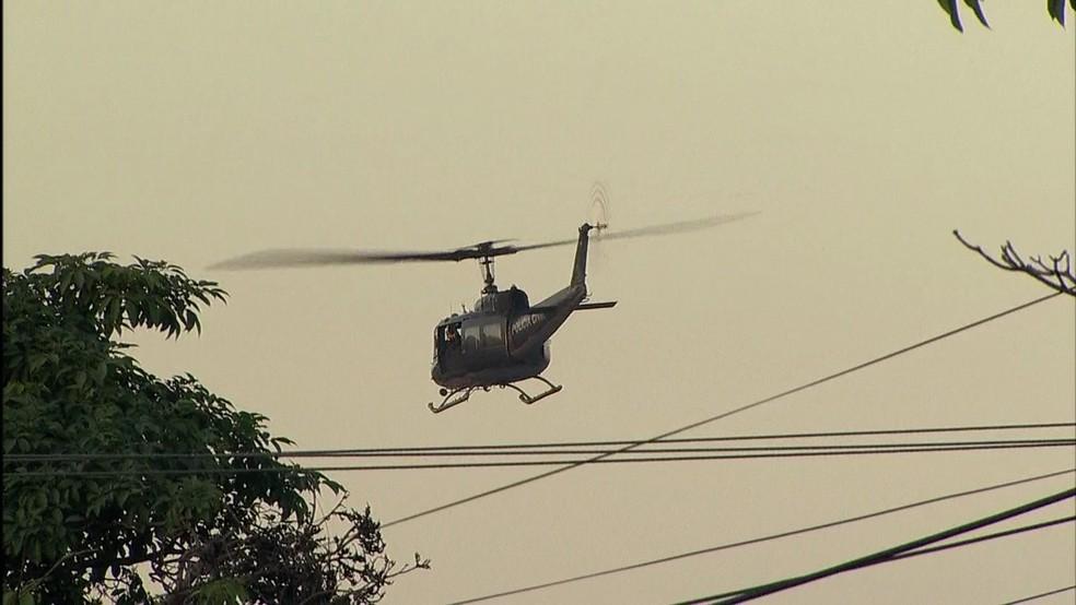 Helicóptero Águia sobrevoa a favela de Antares (Foto: Reprodução  / TV Globo)