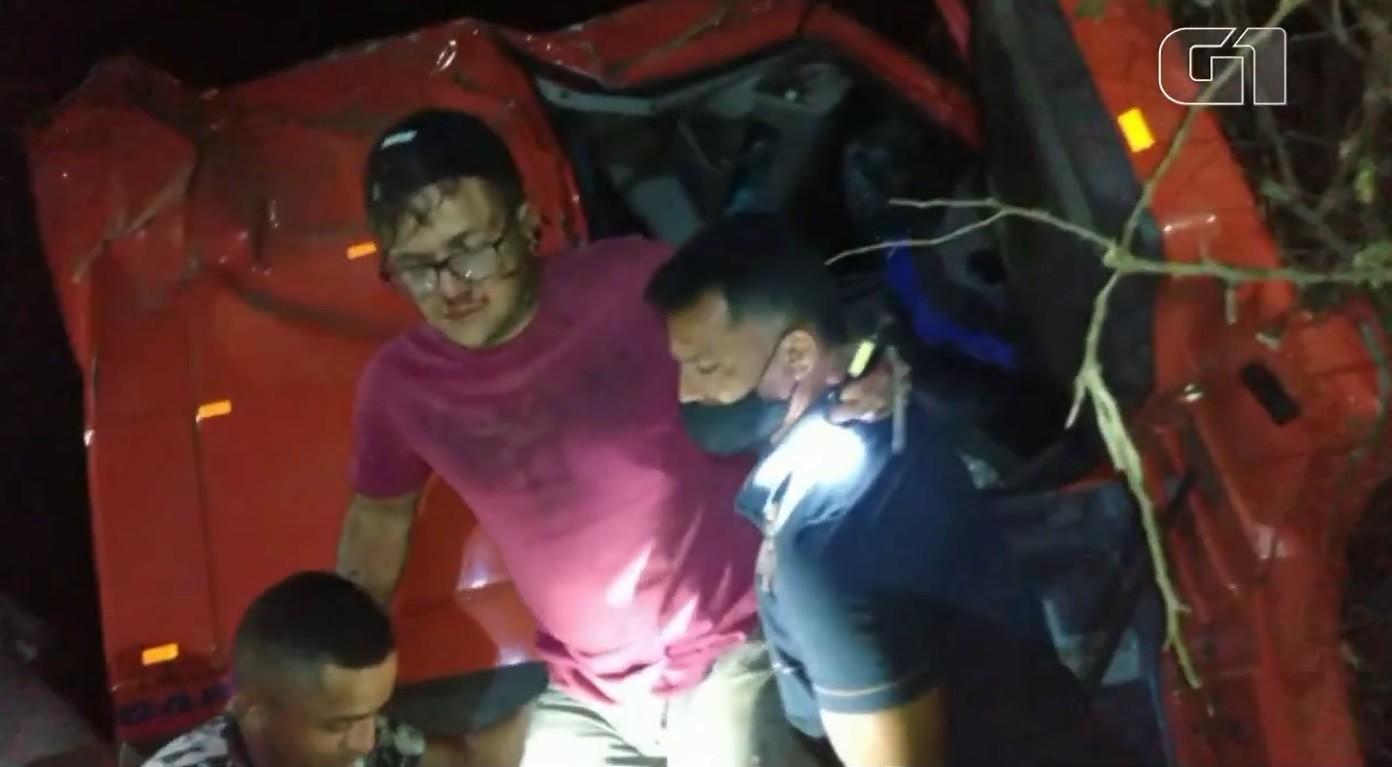 Motorista é resgatado por moradores de cabine de carreta após acidente no Ceará; vídeo