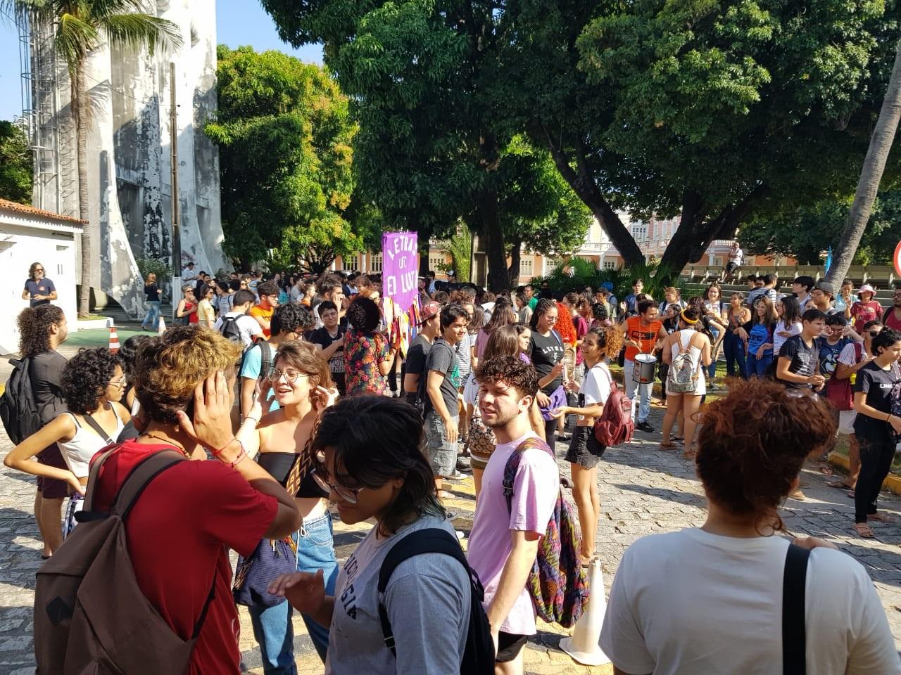 Estudantes bloqueiam acessos da Reitoria da UFC em protesto contra reitor nomeado por Bolsonaro - Notícias - Plantão Diário