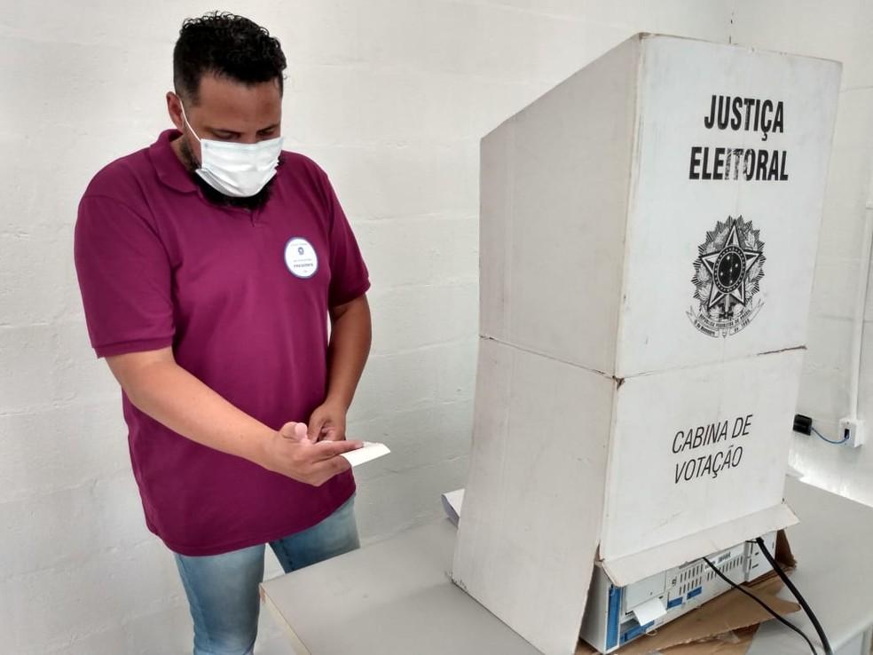 Funcionário da Justiça Eleitoral checa urna eletrônica — Foto: Patrícia Teixeira/G1