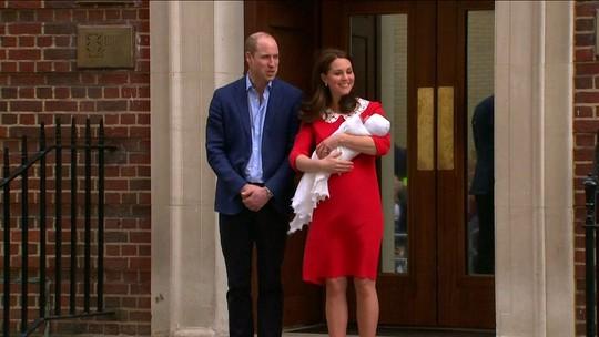 Rainha Elizabeth viaja de helicóptero para conhecer o bisneto príncipeLouis