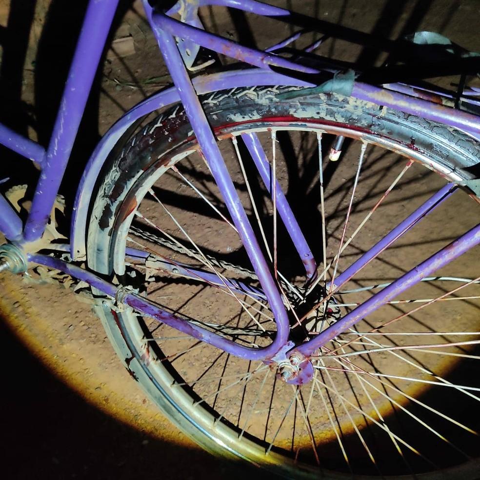 Bicicleta da vítima com machas de sangue. Homem foi morto com facada no pescoço. — Foto: Polícia Civil/Divulgação