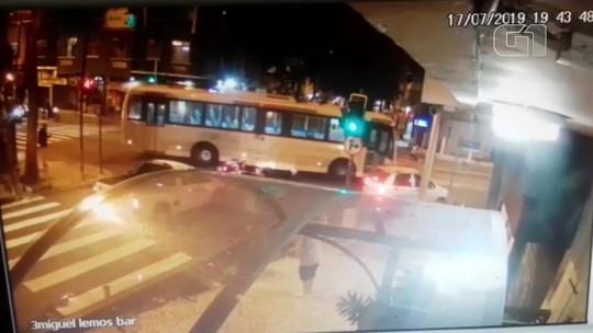 VÍDEO: ônibus avança sinal, causa acidente e mata jornalista no RJ
