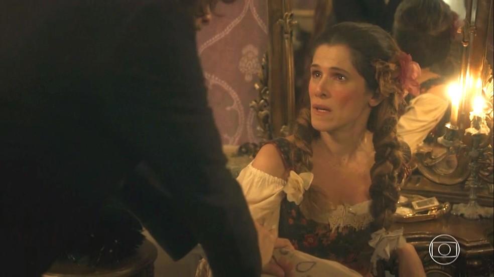 Elvira (Ingrid Guimarães) hesita em entrar no palco, mas Joaquim (Chay Suede) a encoraja, em 'Novo Mundo' — Foto: TV Globo