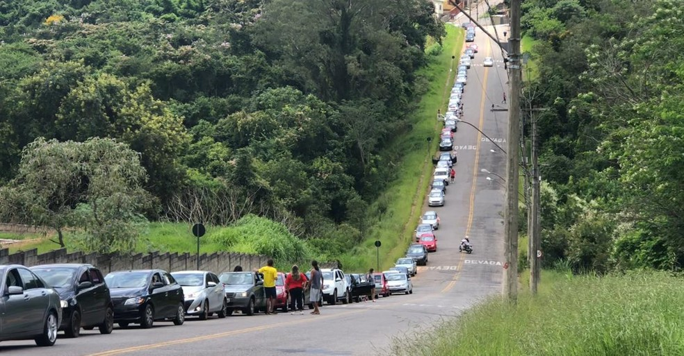 Cerca de 50 carros participaram da manifestação contra o Bolsonaro em Varginha, MG — Foto: Bruna Mangiapelo/ G1