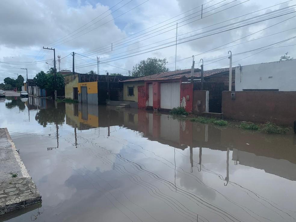 Rua Tenente Souza, na Zona Norte de Natal, está alagada há mais de uma semana — Foto: Mariana Rocha/Inter TV Cabugi