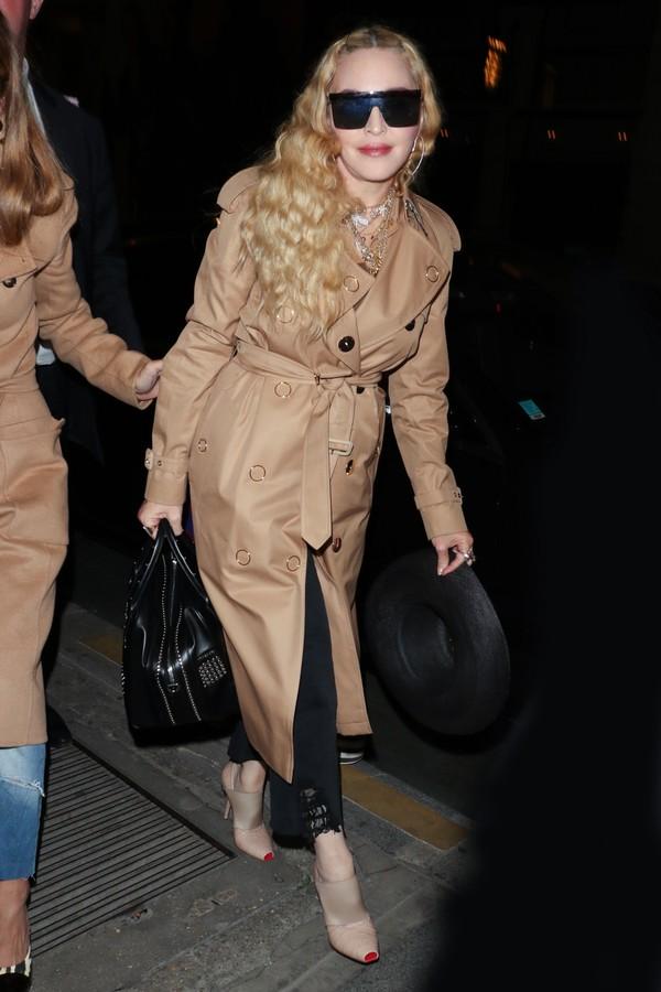Madonna e seu trench coat da Burberry por Riccardo Tisci (Foto: Divulgação)