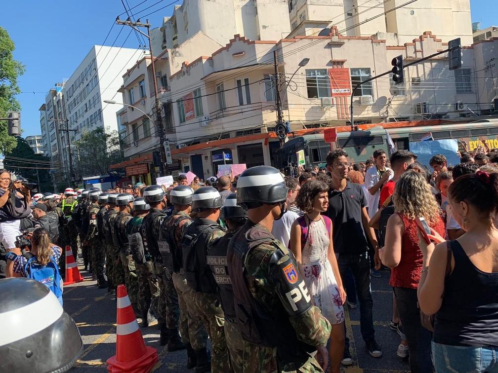 Militares fazem cordão de isolamento em frente ao Colégio Militar; Manifestantes ocupam a Rua São Francisco Xavier — Foto: Fernanda Rouvenat / G1