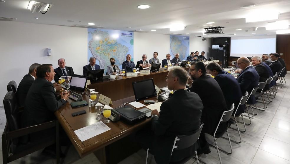Mourão costuma se sentar ao lado direito de Bolsonaro, posição que ficou vazia na reunião ministerial desta terça — Foto: Marcos Corrêa/PR