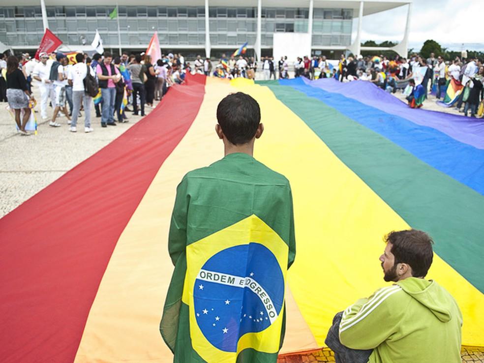 Manifestantes da 3ª Marcha Nacional contra a Homofobia ocupam a Praça dos Três Poderes e estendem uma bandeira, com as cores do movimento, em frente ao Palácio do Planalto. A marcha é organizada pela Associação Brasileira de Lésbicas, Gays, Bissexuais, Tr (Foto: Marcello Casal Jr/ABr)