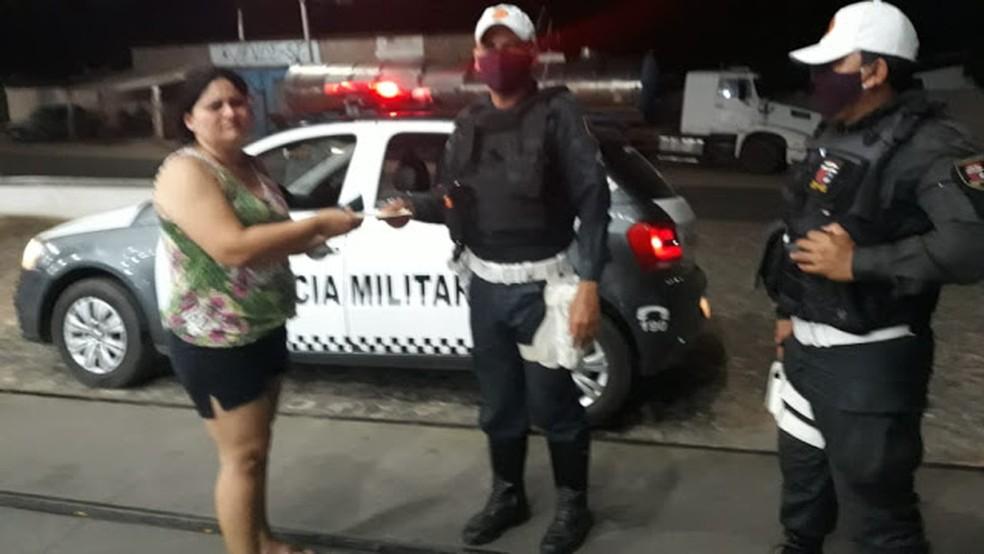 Policiais militares encontram envelope com R$ 1.700 e devolvem à professora em Assú, no RN — Foto: Divulgação