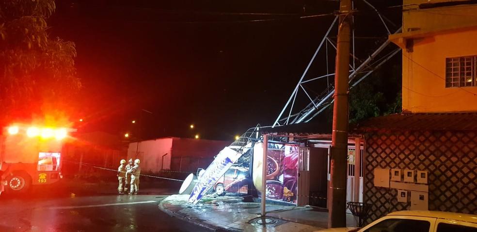 Após forte chuva com vento, torre de telefonia atinge garagem em Santa Maria, no Distrito Federal  — Foto: Divulgação/ Corpo de Bombeiros