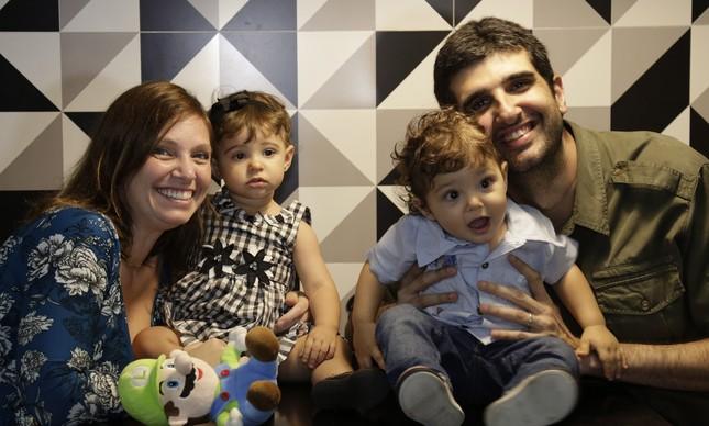 Juliana e Bernardo Salmon e seus filhos gêmeos, Marcela e Nicolas
