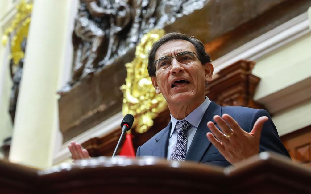 O presidente do Peru, Martin Vizcarra, faz sua declaração durante julgamento por impeachment no Congresso, em Lima, na segunda-feira (9) — Foto: Andres Valle/Peruvian Presidency/AFP