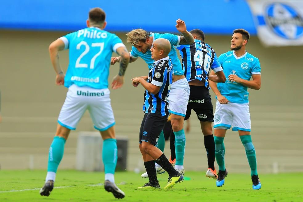 Felipe e Isaque dividem no alto com Rafael Moura — Foto: Wildes Barbosa/O Popular