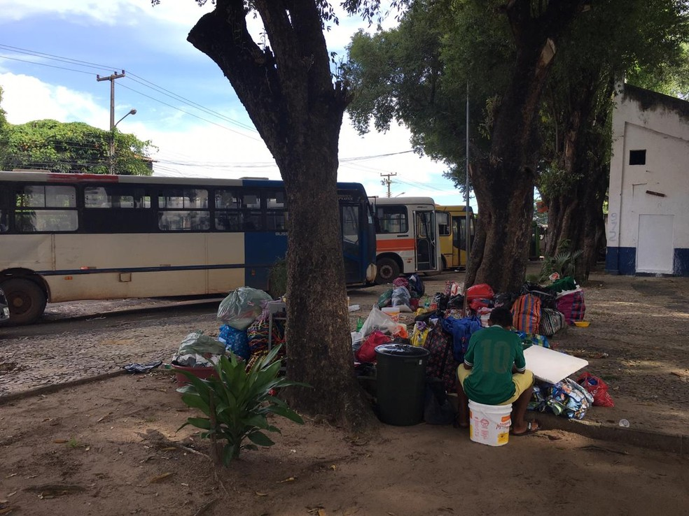 Grupo de venezuelanos chegou em ônibus no Centro de Teresina. — Foto: Maria Romero/G1 PI