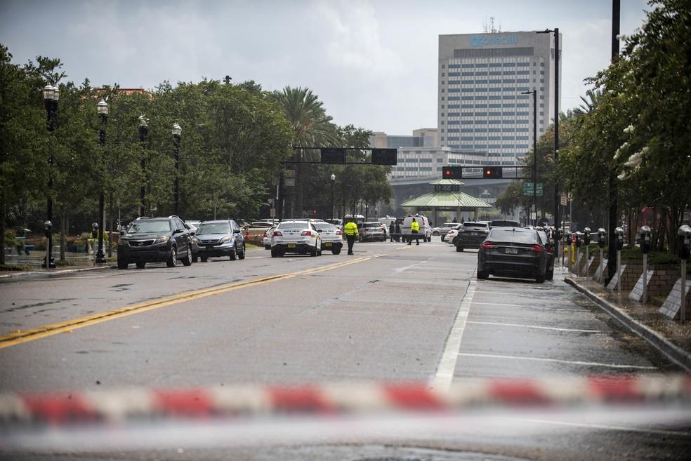 Carros da polícia bloqueiam uma rua que conduz à área de Jacksonville Landing, no centro de Jacksonville, na Flórida (Foto: Laura Heald/AP)