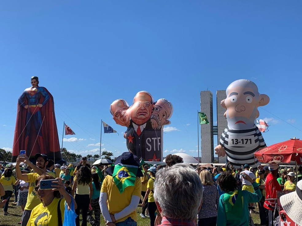 BRASÍLIA, 10h: bonecos infláveis são erguidos no gramado do Congresso Nacional durante manifestação — Foto: Brenda Ortiz/ G1
