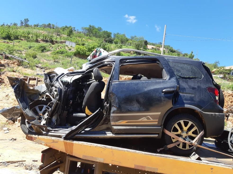 Quatro pessoas da mesma família morreram após carro bater em caminhão na BR-116, em Itaobim — Foto: Polícia Rodoviária Federal/Divulgação