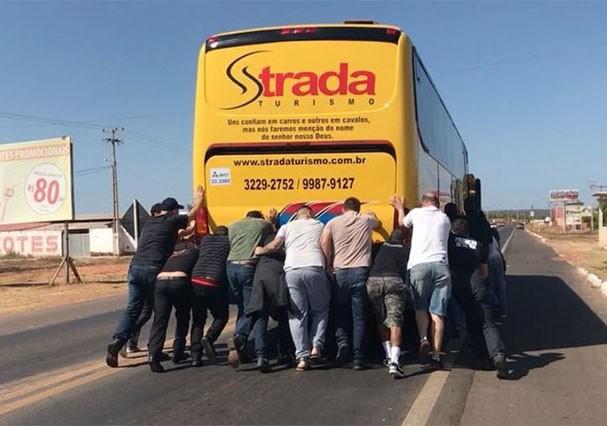 Ônibus que levava Paula Fernandes para no meio da estrada no Piauí por problemas técnicos (Foto: Reprodução/Instagram)
