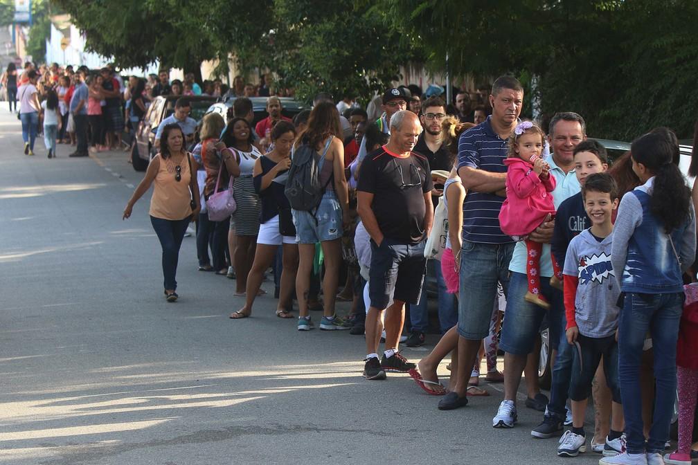11 de janeio - Pessoas enfrentam fila para se vacinar contra a febre amarela em Osasco, na Grande São Paulo (Foto: Marcos Bezerra/Futura Press/Estadão Conteúdo)