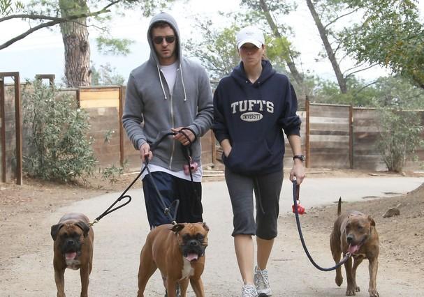 Justin Timberlake e Jessica Biel passeiam com seus cachorros (Foto: Reprodução)