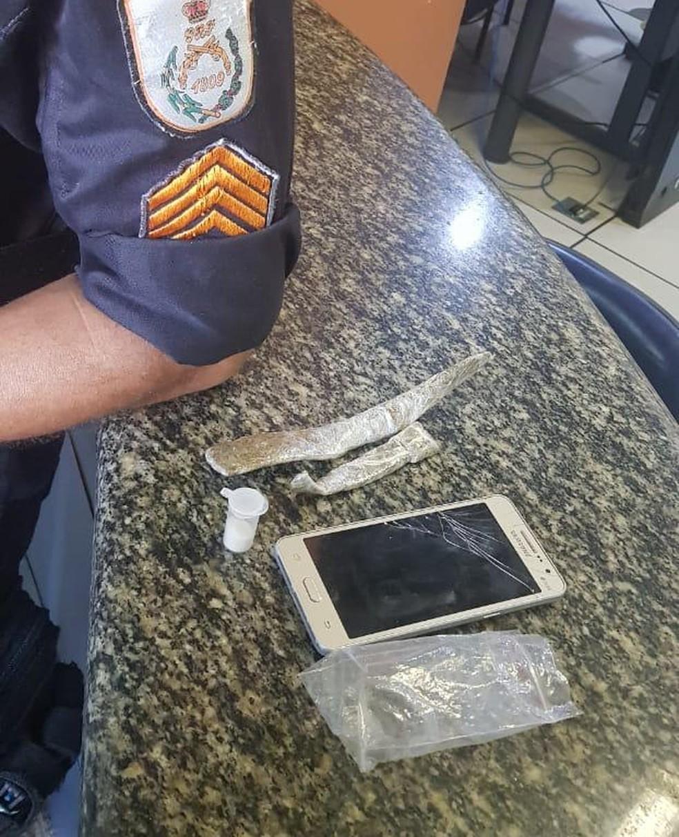 Homem é detido com duas trouxinhas de maconha e celular de procedência duvidosa em Saquarema, no RJ — Foto: Divulgação/25ºBPM