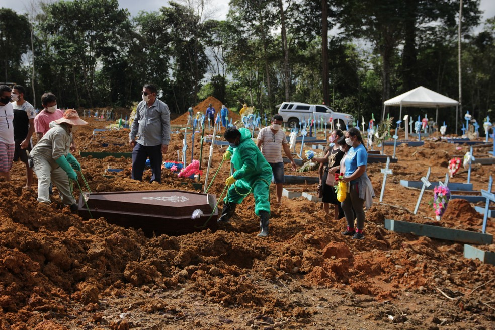 Homem com suspeita de Covid-19 é enterrado no Cemitério Parque de Manaus nesta terça-feira (19) — Foto: Sandro Pereira/Fotoarena/Estadão Conteúdo