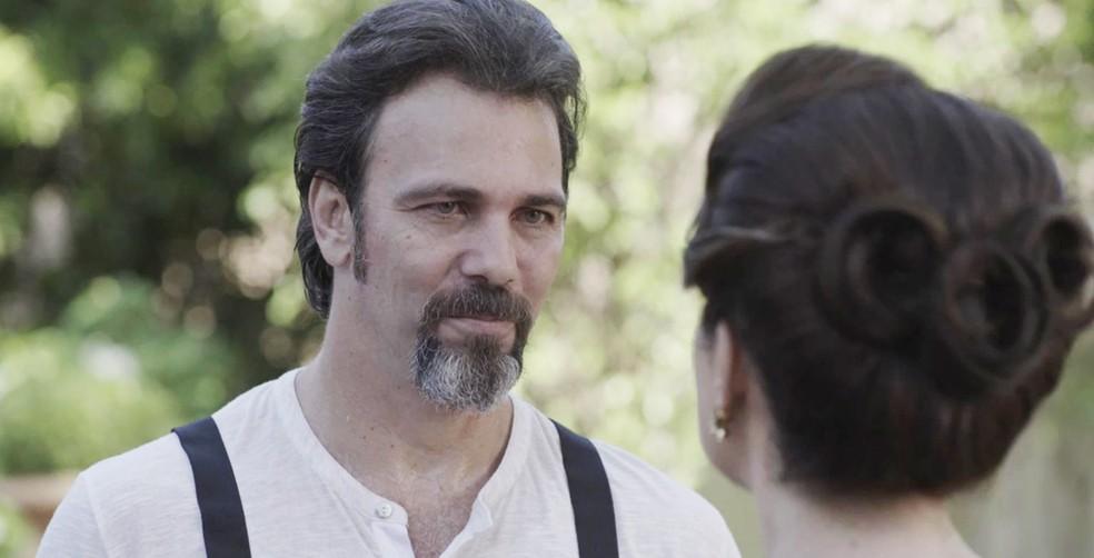Aurélio nota a tensão entre os dois e não perde tempo...  (Foto: TV Globo)