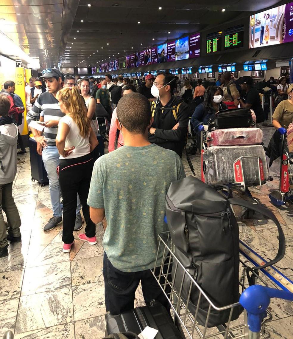 Passageiros no aeroporto de Joanesburgo, na África do Sul, aguardam para saber se seus voos foram cancelados ou não — Foto: Renata Rinaldi/Arquivo pessoal