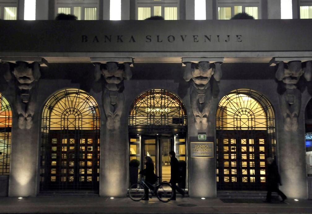 Pessoas na frente do Banco da Eslovênia, em Liubliana, em dezembro de 2019 — Foto: Srdjan Zivulovic/File Photo/Reuters