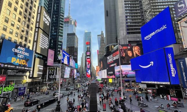 Pessoas aproveitam a tarde na Times Square, em Nova York