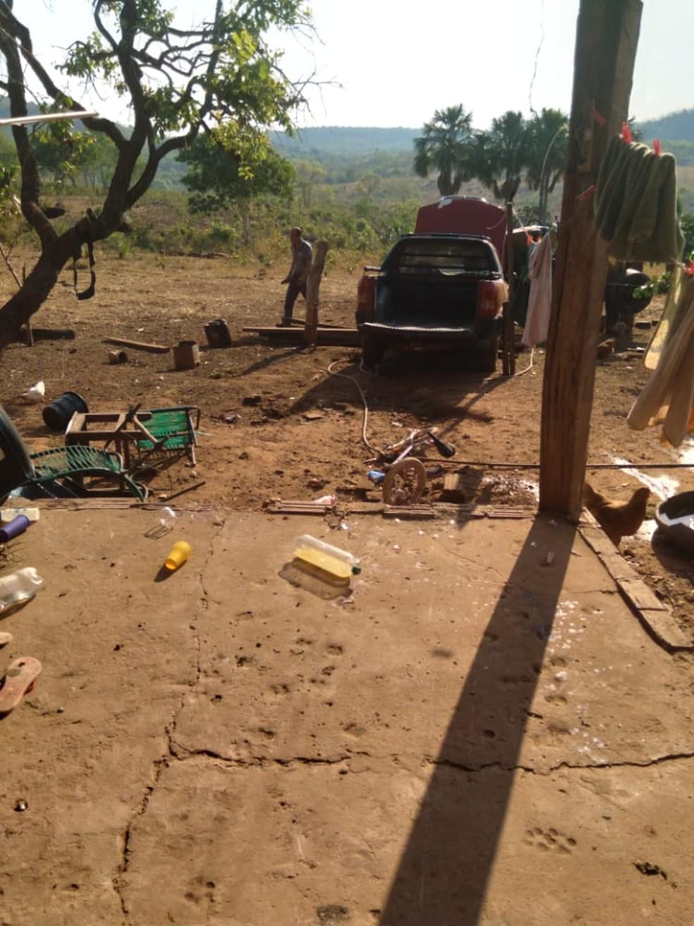 Carro estava na área, atropelou a criança e atingiu um trator — Foto: Polícia Civil de Mato Grosso