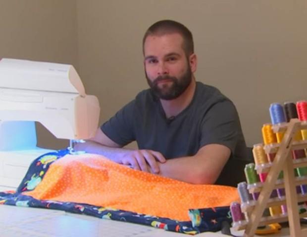 Médico comprou máquina usada e aprendeu a costurar (Foto: Fox 9)