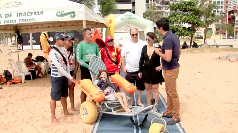 Pessoas com mobilidade reduzida podem chegar à água com o auxílio de uma esteira (Foto: TV Verdes Mares/Reprodução)
