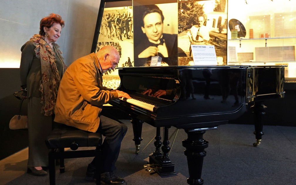 Simon Gronowski toca piano ao lado de Alice Gerstel Weit no Museu do Holocausto de Los Angeles, na quarta-feira (11) (Foto: AP Photo/Reed Saxon)