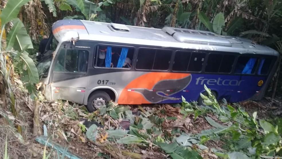 Ônibus com passageiros desliza na pista e cai em barranco na descida da Serra de Pacoti, no Ceará