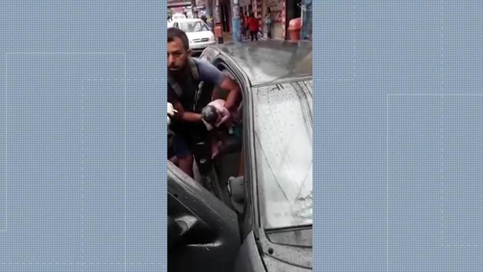 Policiais militares do 7º Batalhão ajudaram no parto no trânsito de São Gonçalo, no RJ — Foto: Reprodução/ TV Globo