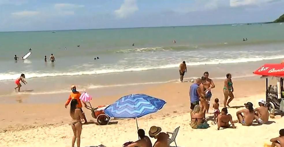 Após fiscalização pessoas ainda são encontradas na praia de Ponta Negra desrespeitando decreto de toque de recolher — Foto: Reprodução/Inter TV Cabugi