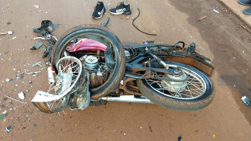 Motos ficaram completamente destruídas com a batida — Foto: Sidnei Bronka/Reprodução