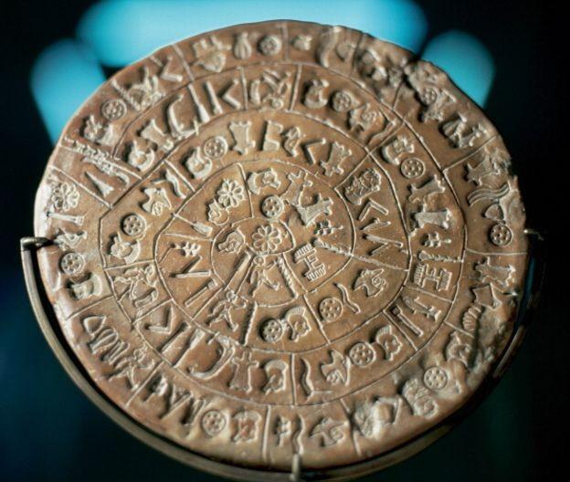 O disco de Festos teria sido feito há pelo menos mais de 3,5 mil anos (Foto: GETTY IMAGES/via BBC News Brasil)