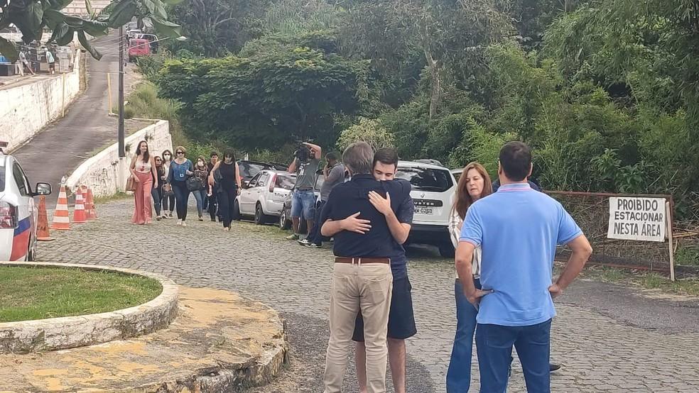 Familiares e amigos chegam ao cemitério onde será enterrado corpo do ex-ministro Gustavo Bebianno em Teresópolis, no RJ — Foto: Marcelo Santos/Inter TV RJ