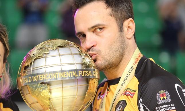 Falcão posa com a taça do bicampeonato mundial de futsal, conquistado em setembro de 2018 pelo Sorocaba na Tailândia