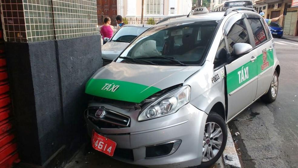 Taxi e carro de passeio colidiram em Santos, SP (Foto: Alex Ferreira/G1)