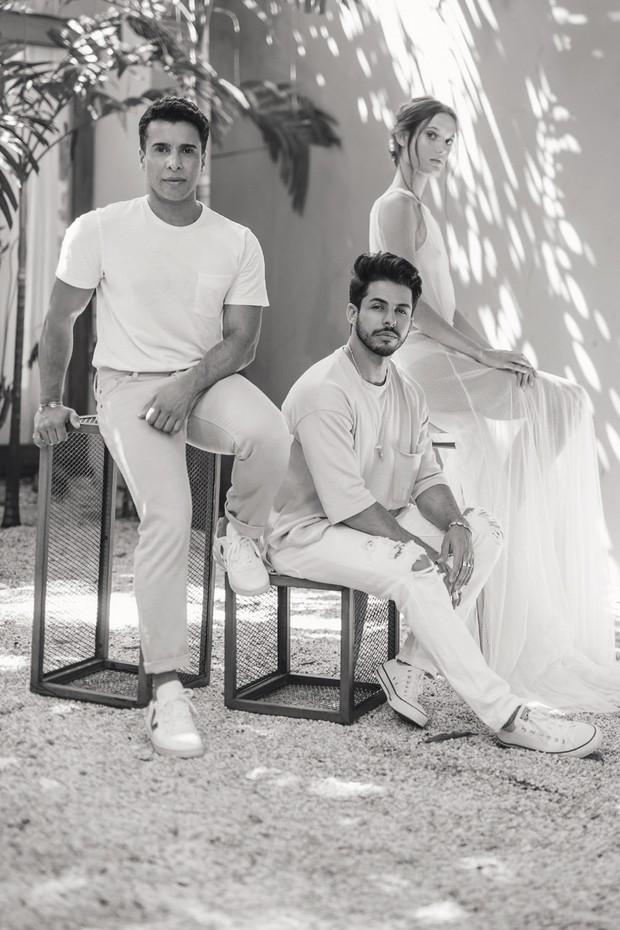 G Junior (à esquerda) e seu marido e sócio, o stylist Rodrigo Coelho: marca de headpieces será vendida também no ateliê da estilista Emannuelle Junqueira (Foto: Fernando Schlaepfer)