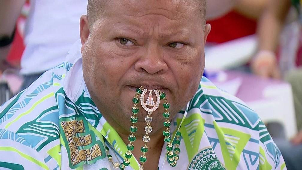 Integrante da Mancha Verde morde terço para dar sorte durante a apuração — Foto: TV Globo/Reprodução
