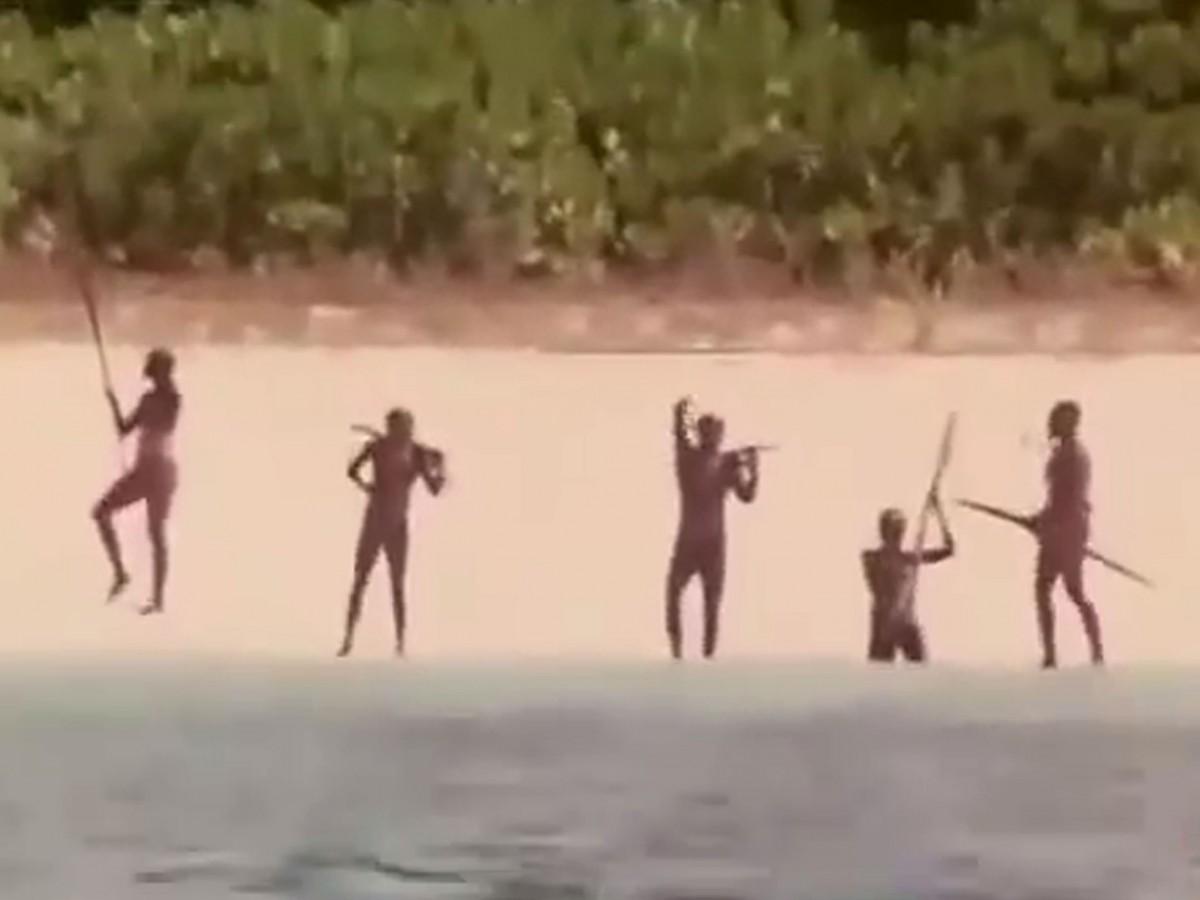 Membros da tribo da Ilha Sentinela do Norte (Foto: Divulgação)