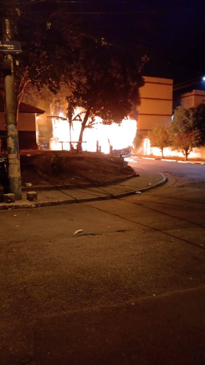 Ônibus são queimados e depredados por vândalos após protesto pacífico por causa de jovem morto pela PM em SP