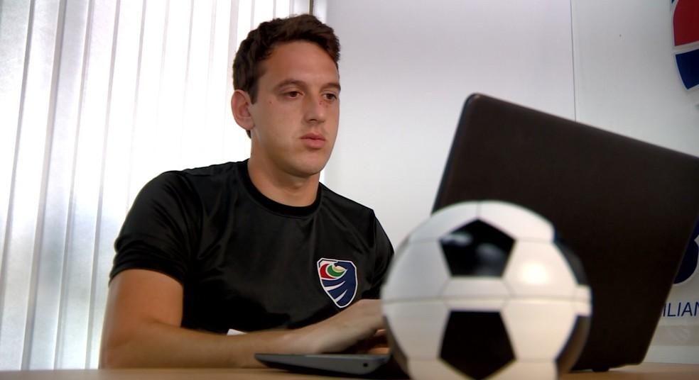 Netto trabalha com intercâmbio esportivo e já atendeu cerca de 160 jovens. — Foto: Reprodução EPTV